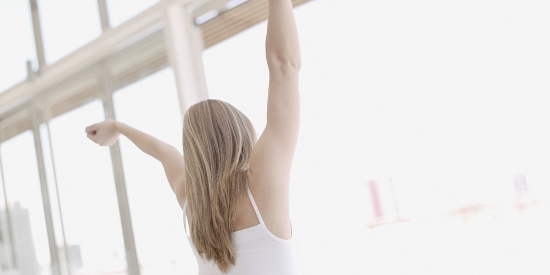 o-WOMAN-STRETCHING-MORNING-REAR-facebook (550x275)