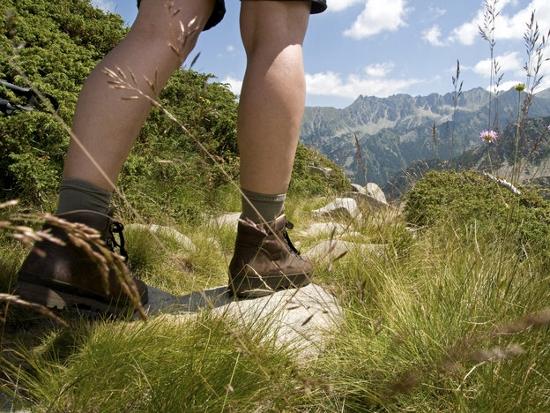 istock_hiking (550x413)