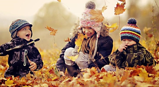 happy-kids-playing-in-a-pile-of-autumn-leaves-730x400 (550x301)